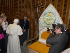Consegna del trono a sua Santità Papa Benedetto XVI